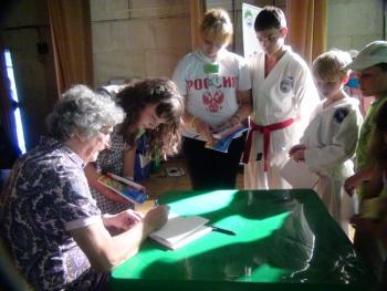 Фестиваль Чунга-Чанга-2012, летний финал. Президент Фестиваля Юрий Энтин раздаёт автографы участникам и гостям праздника.